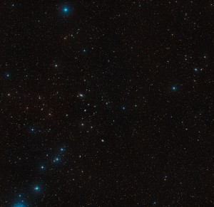 Esta imagem de grande angular mostra o céu em torno da galáxia NGC 5291. Este sistema interagiu com outras galáxias e encontra-se rodeado por restos de material deixados de encontros anteriores. Algum desse material está agora a formar galáxias anãs ricas em estrelas jovens. Esta imagem foi criada a partir de dados do Digitized Sky Survey 2. Podem ser vistas na imagem muitas outras galáxias. Créditos: ESO/Digitized Sky Survey 2. Acknowledgement: Davide De Martin