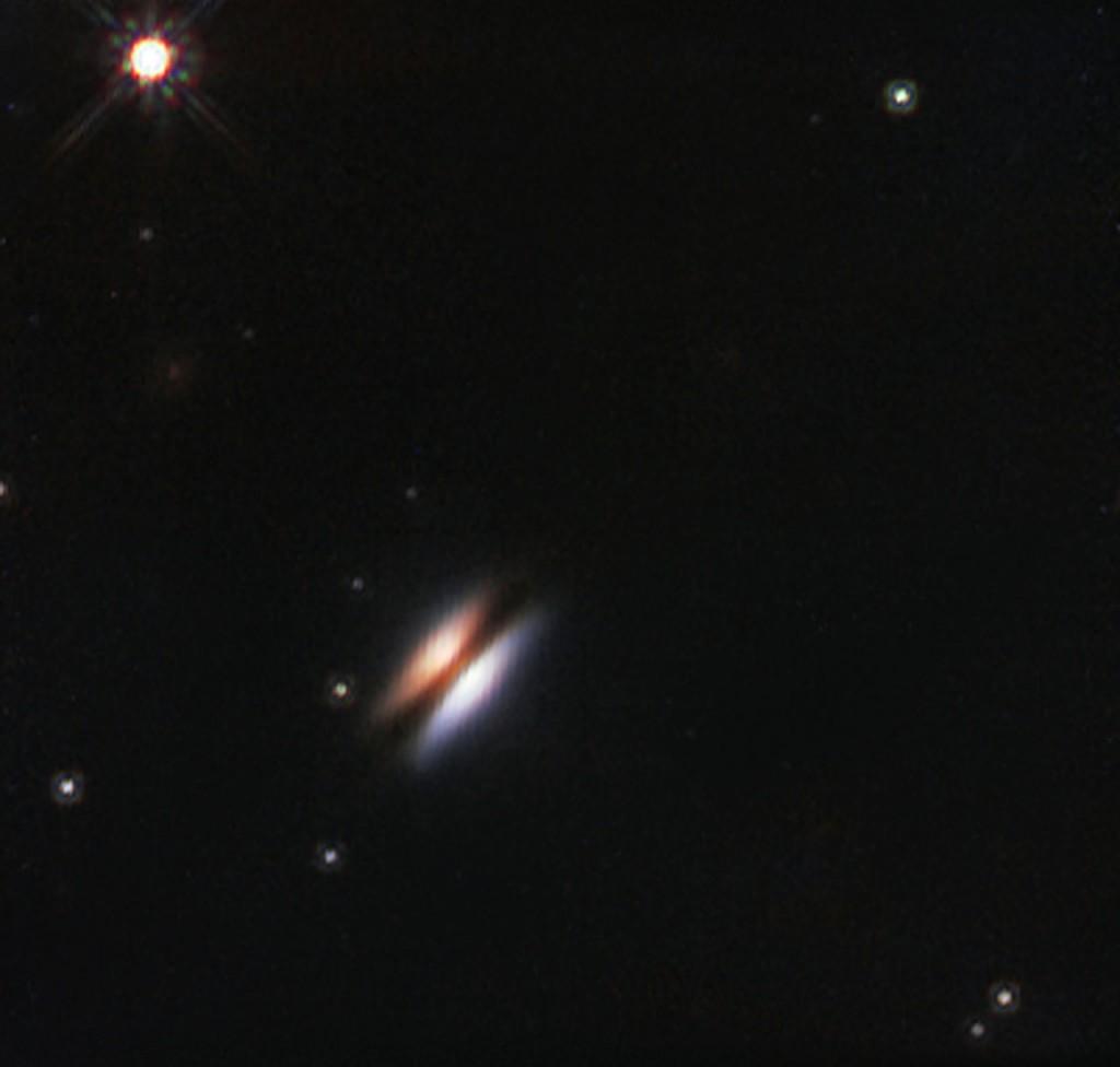 A estrela jovem 2MASS J16281370-2431391 situa-se na região de formação estelar Rho Ophiuchi a cerca de 400 anos-luz de distância da Terra. Encontra-se rodeada por um disco de gás e poeira — chamado disco protoplanetário, uma vez que se encontra na fase inicial da formação de um sistema planetário. Este disco é visto de perfil quando observado a partir da Terra e a sua aparência em imagens no visível levou a que se lhe desse o nome informal de Disco Voador. Esta imagem de pormenor trata-se de uma vista no infravermelho do Disco Voador obtida pelo Telescópio Espacial Hubble da NASA/ESA. Créditos: ESO/NASA/ESA