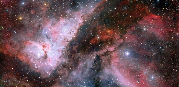 Esta panorâmica combina uma imagem nova do campo em torno da estrela Wolf-Rayet WR 22, situada na Nebulosa Carina (à direita) com uma imagem anterior da região em volta da estrela Eta Carina, no coração da nebulosa (à esquerda). A fotografia foi criada a partir de imagens obtidas com o instrumento Wide Field Imager, montado no telescópio MPG/ESO de 2,2 metros, situado no Observatório de La Silla, no Chile. Créditos: ESO